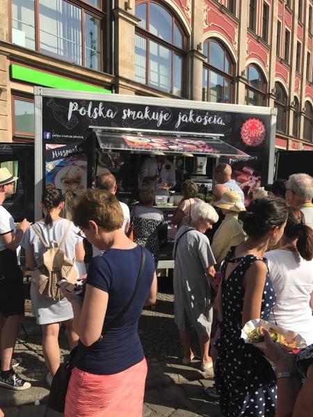 """uczestnicy festiwalu kulinarnego """"Europa na Widelcu"""" we Wrocławiu"""