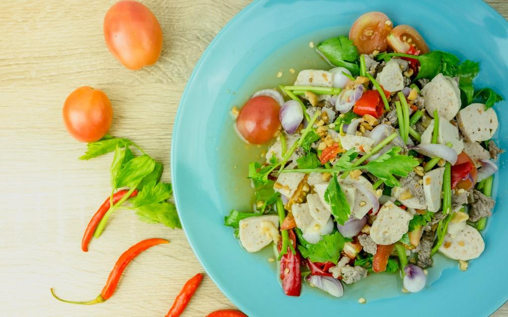 Sałatka z polędwiczką, camembertem i warzywami