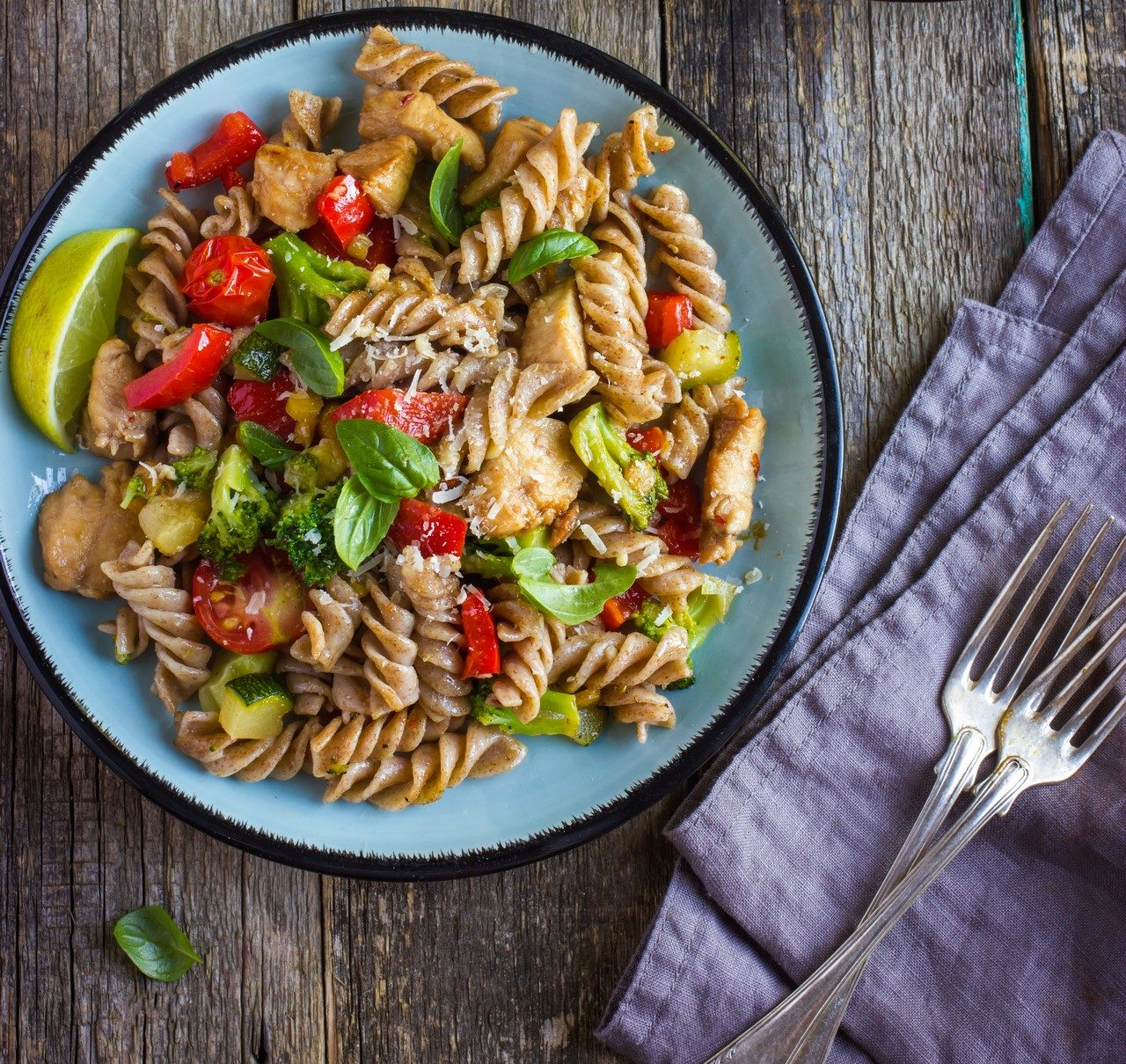 Pełnoziarnisty makaron z kurczakiem i warzywami