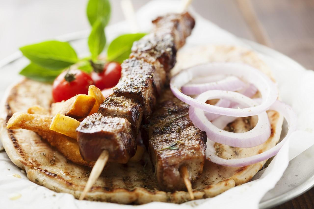 Souvlaki z karkówki QAFP z sałatką grecką